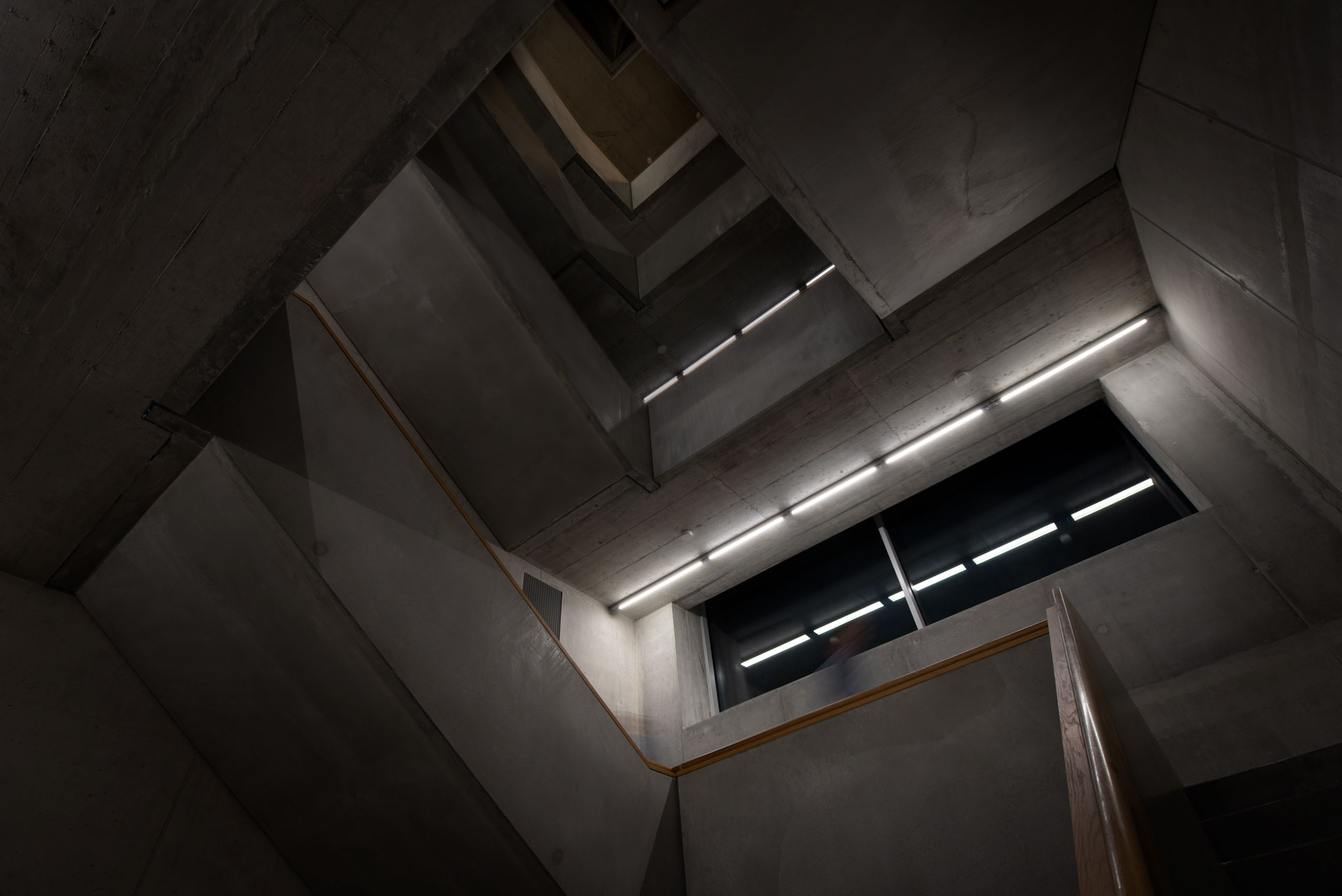 LEDCity-Röhren im Treppenhaus der ZHdK