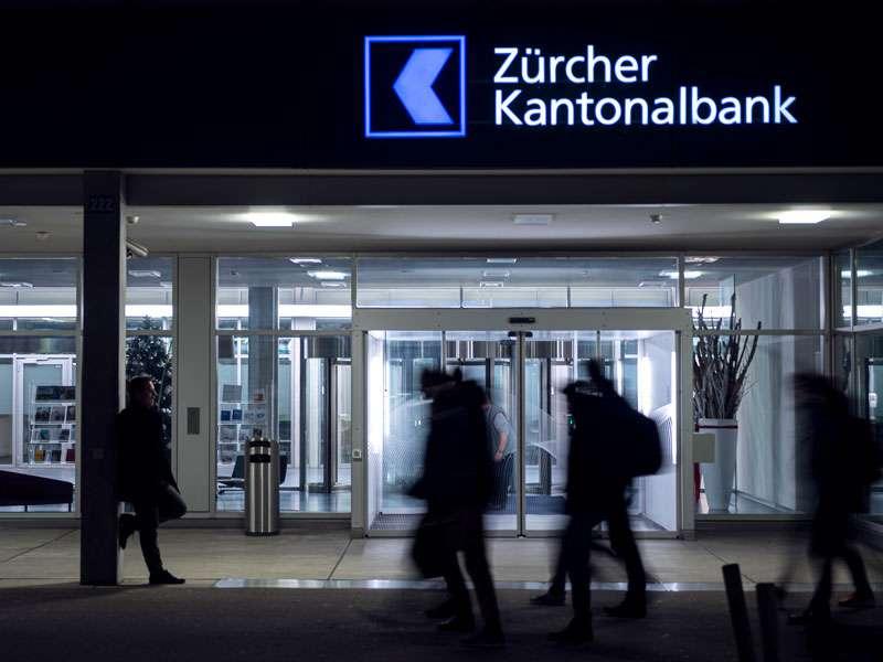 ZKB Steinfels: LEDCity-Röhren im Eingangsbereich
