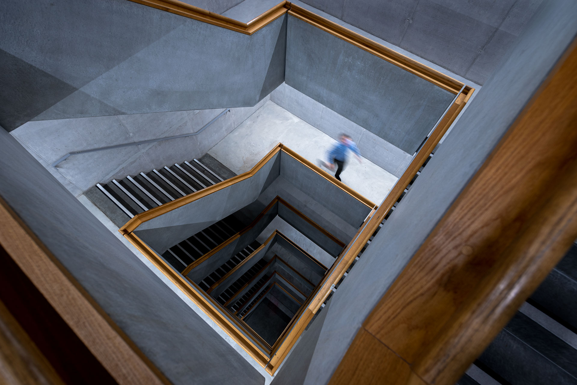zhdk: halbautonome LEDCityRöhren im Treppenhaus